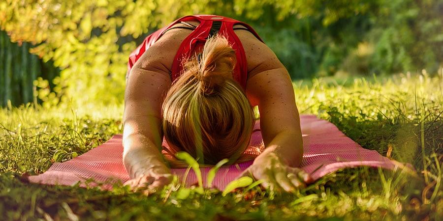 Yoga om wakker te worden en de dag energiek te beginnen